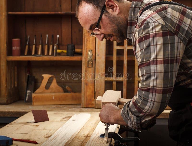 工作在他的车间的木匠 库存照片
