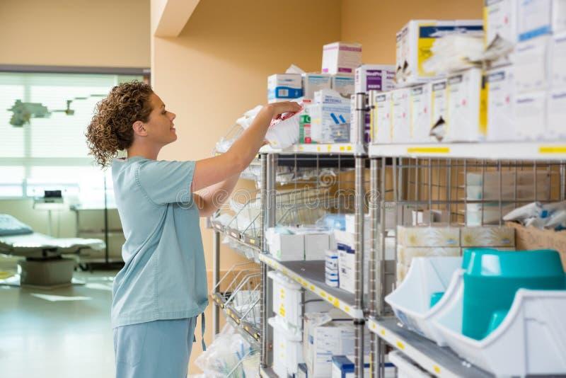 工作在贮藏室的女性护士 库存图片