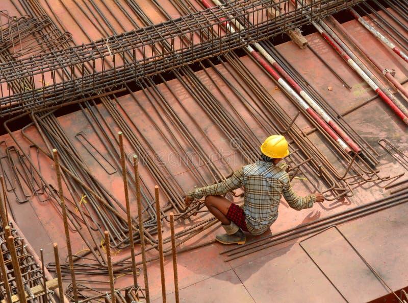 工作在建造场所的亚裔工作者 免版税库存照片