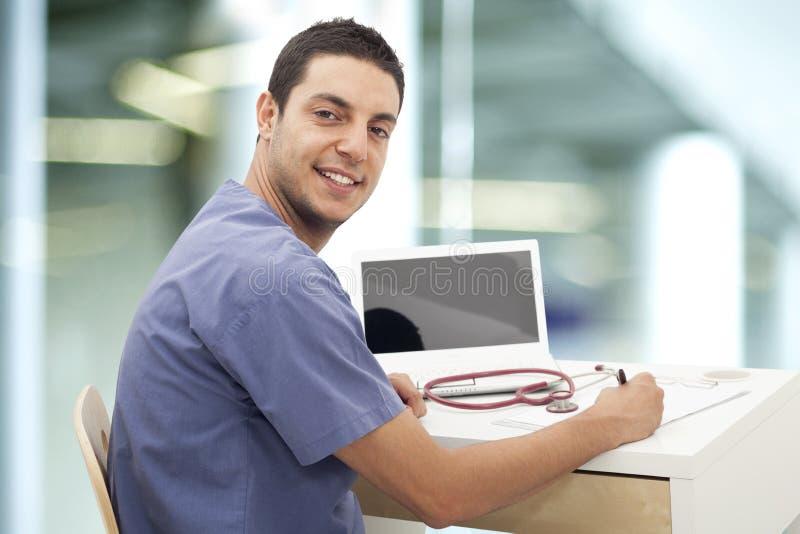 工作在医院的年轻医生 免版税库存图片