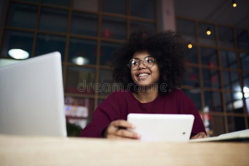 工作在coursework的熟练的女学生创造在校园 免版税库存照片