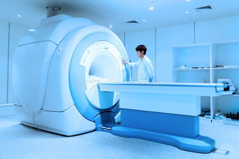 工作在MRI扫描器室的兽医医生 库存图片