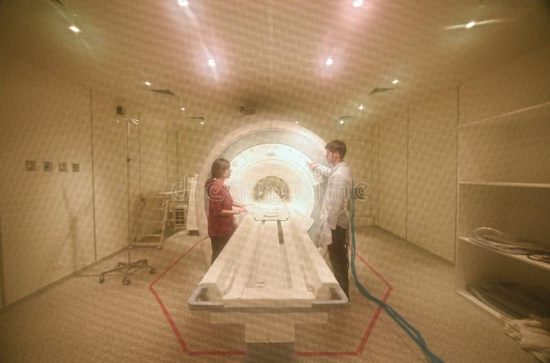 工作在MRI扫描器室的兽医医生 免版税库存图片