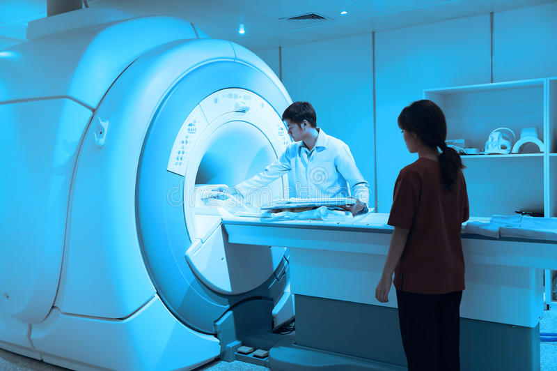 工作在MRI扫描器室的兽医医生 免版税库存照片