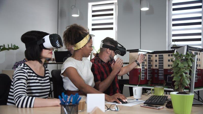 工作在VR玻璃的建筑师 库存照片