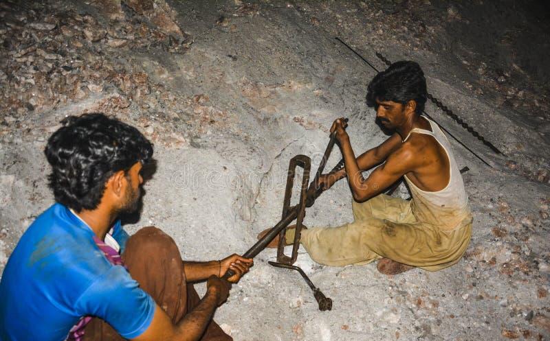 工作在Warcha盐矿里面的矿工&民工 免版税库存照片