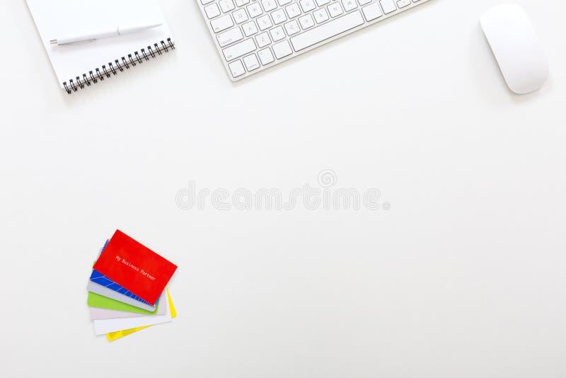 工作地点现代企业家在与名片的白色表里 免版税库存照片