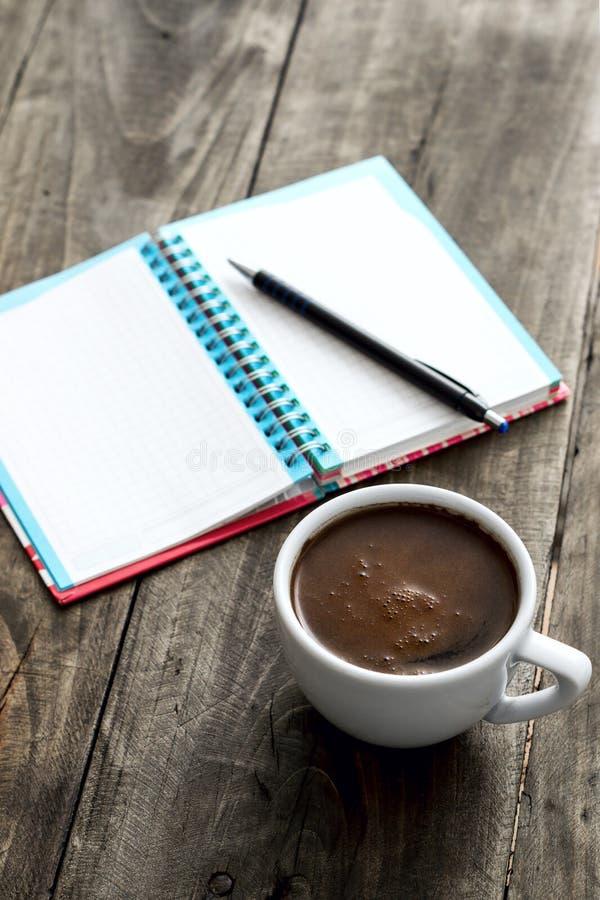 工作地点用咖啡和笔记薄 免版税库存照片