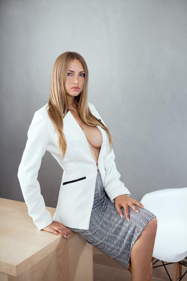 工作地点的性感的女实业家 免版税库存图片