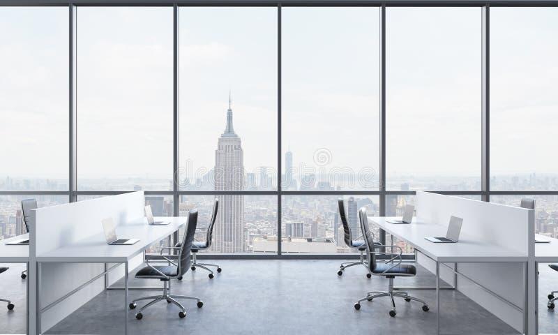 工作场所在一个明亮的现代露天场所办公室 用现代膝上型计算机和黑椅子装备的白色桌 panor的纽约 库存例证