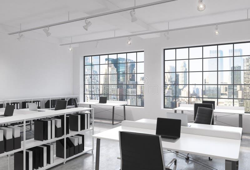 工作场所在一个明亮的现代顶楼露天场所办公室 表装备膝上型计算机;公司文件的架子 的纽约 皇族释放例证