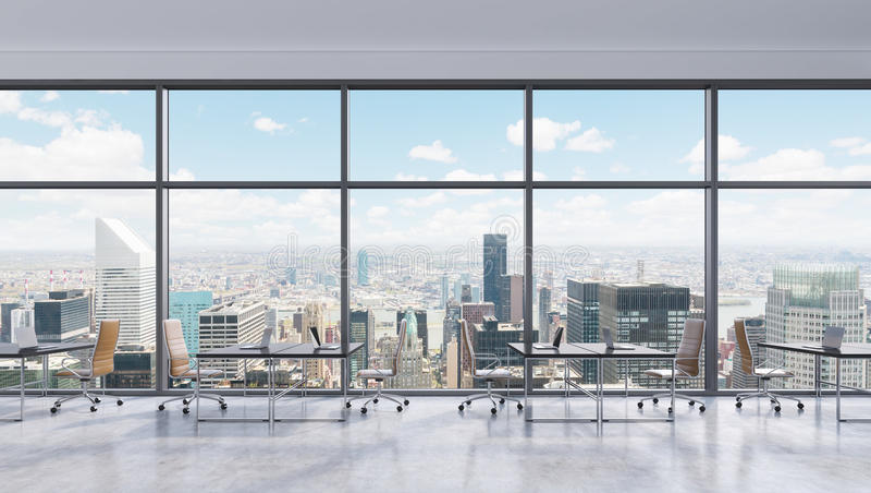 工作场所在一个现代全景办公室,纽约视图在窗口里,曼哈顿 露天场所 向量例证