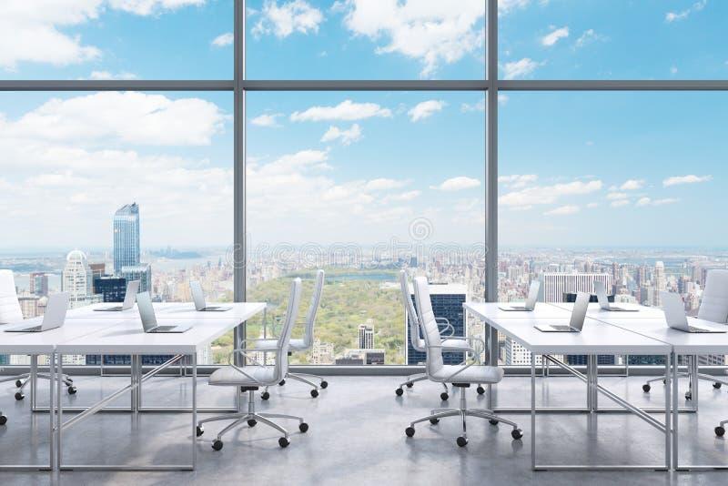 工作场所在一个现代全景办公室,从窗口的纽约视图 财政咨询服务的概念 向量例证
