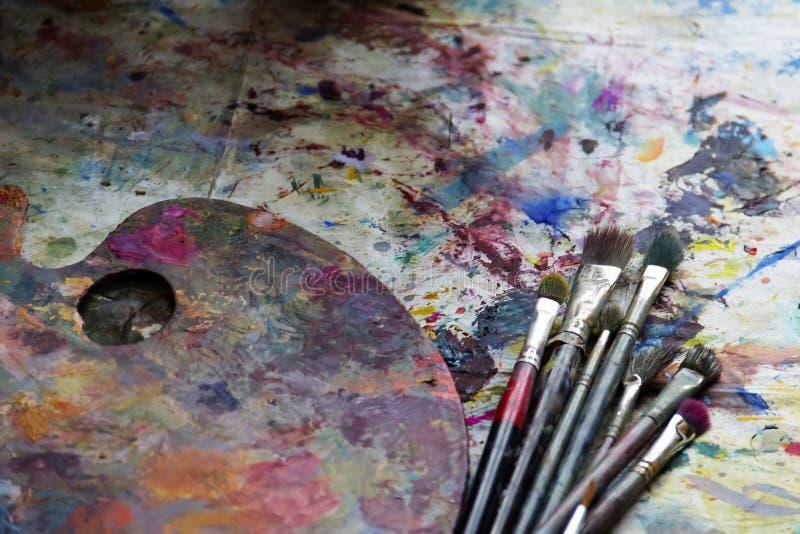 工作场所有颜色和刷子的画家调色板 颜色调色板,创造性的混乱,艺术 免版税库存照片