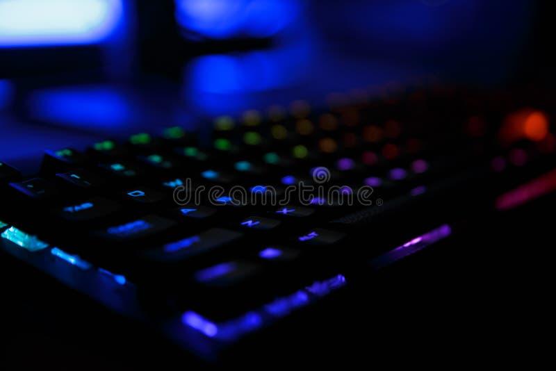 工作场所特写镜头照片有被带领的彩虹背后照明赌博钥匙的 免版税库存图片