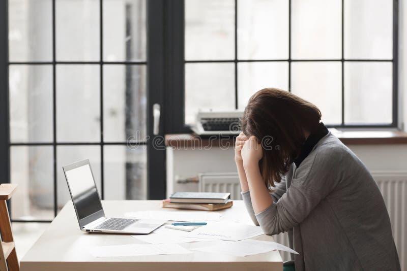 工作场所的疲乏的女商人在办公室 免版税库存图片
