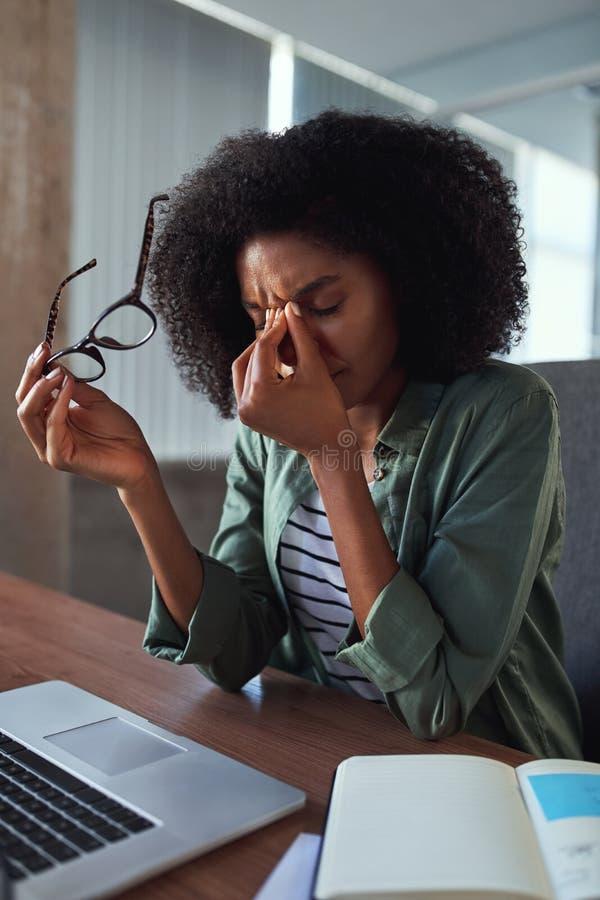 工作场所的疲乏的沮丧的女实业家 免版税库存照片