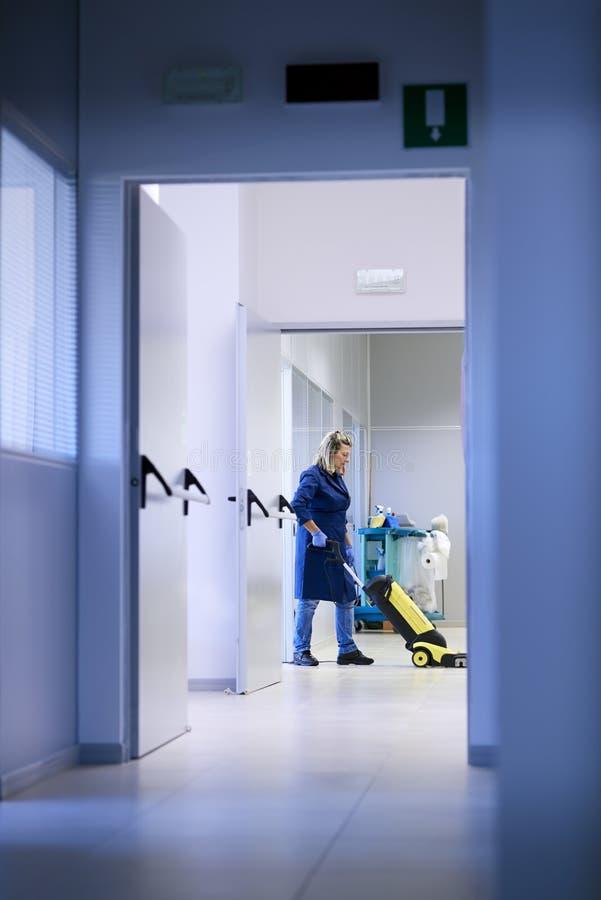 工作场所的,女性擦净剂洗涤的楼层妇女 免版税图库摄影