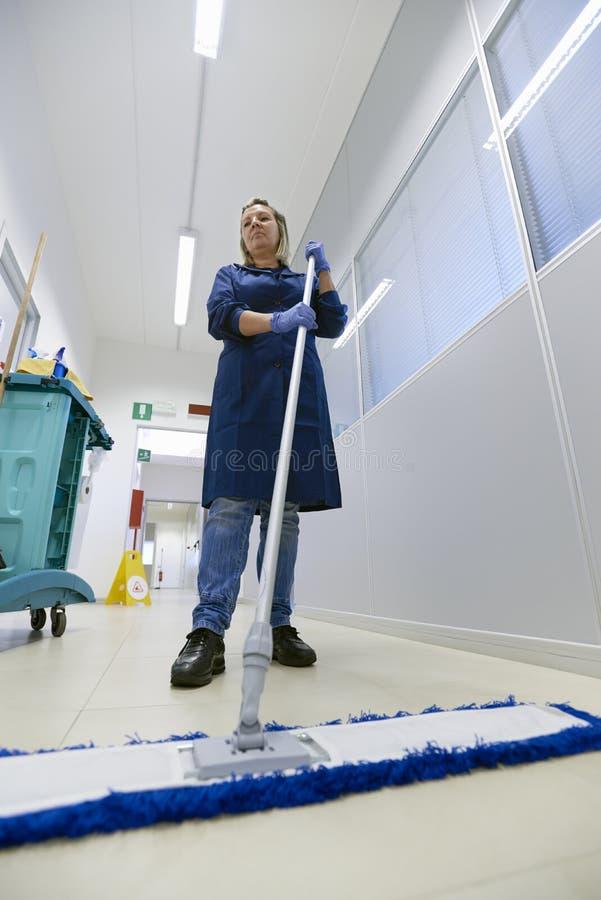 工作场所的,女性擦净剂详尽的楼层妇女 免版税库存照片