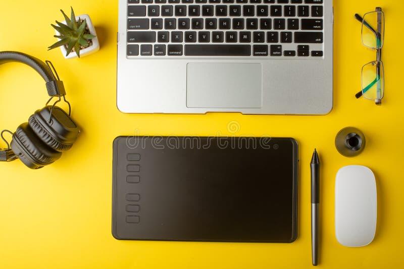 工作场所设计师的顶视图 创造性的设计师、图形输入板、膝上型计算机和辅助部件图表设计师的 r 免版税库存照片