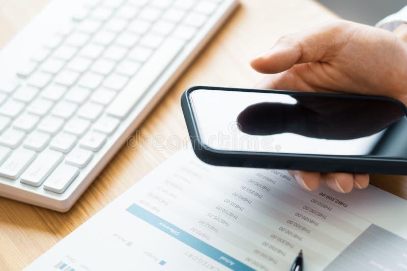 工作处理概念、商人使用手机文字在议程在家咨询在书桌上的或办公室 免版税图库摄影
