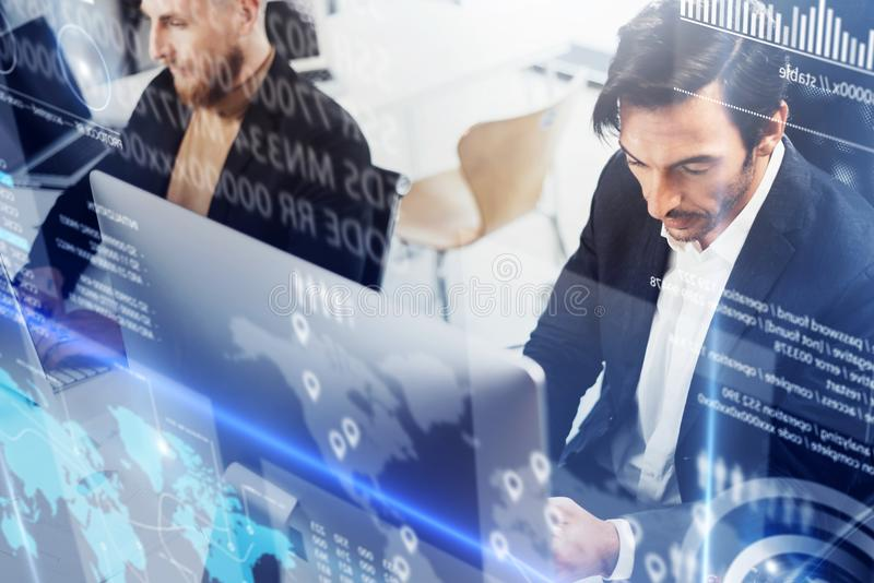 工作处理概念的商人 在现代办公室的年轻工友 使用流动智能手机的人 免版税库存照片