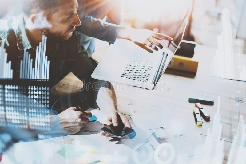 工作处理概念的商人 在现代办公室的年轻工友 使用流动智能手机的人 图库摄影
