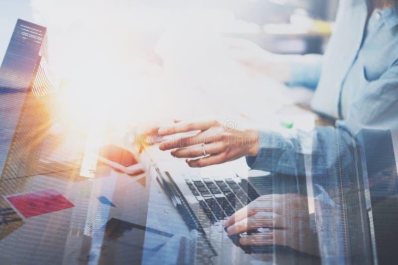 工作处理概念的商人 在现代办公室的年轻工友 指向手的妇女膝上型计算机 免版税图库摄影