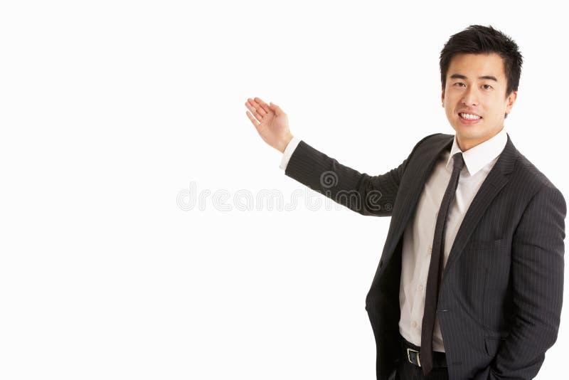 工作室纵向中国生意人打手势 库存照片