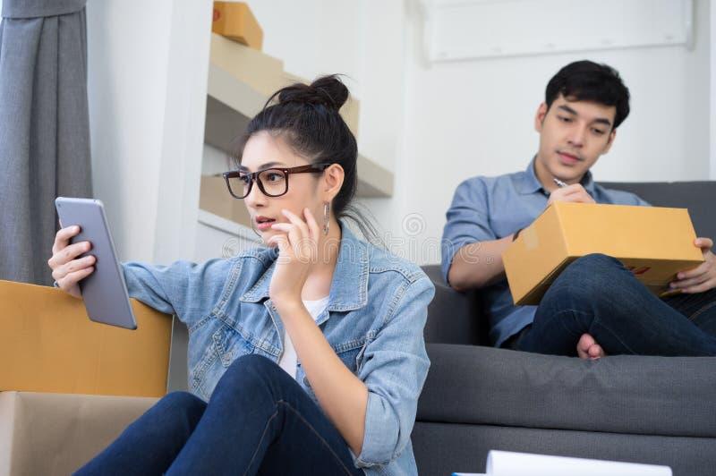 工作小企业网上p的震惊年轻亚裔偶然妇女 免版税库存图片