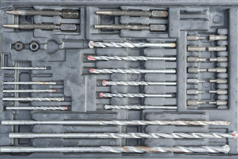 工作工具概念 设置操练的钻头在黑匣子 在直接地之上 库存图片