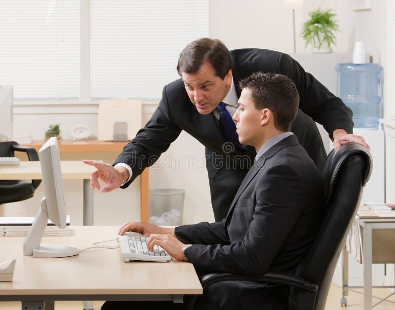 工作年轻人的生意人解释的监督员 免版税库存图片