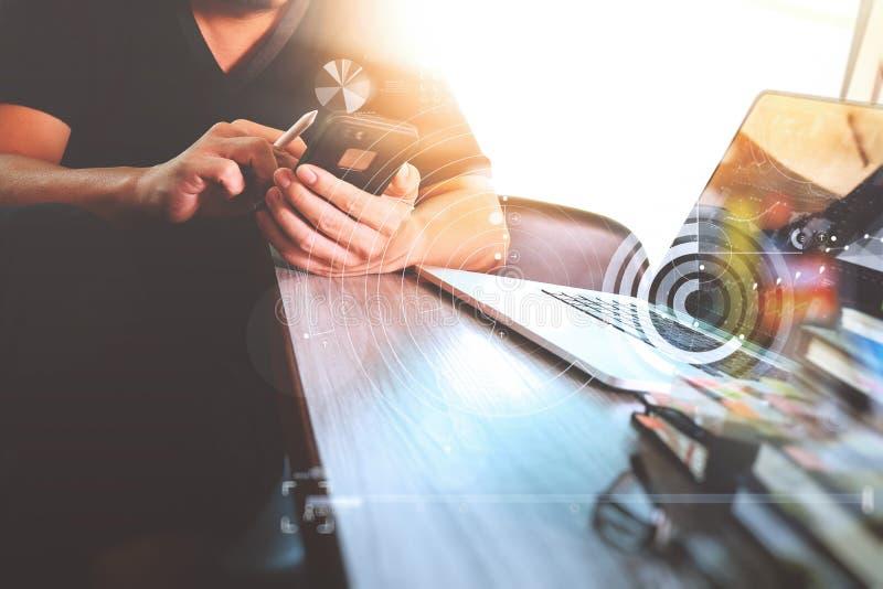 工作数字式片剂和计算机膝上型计算机与的网站设计师 免版税库存图片