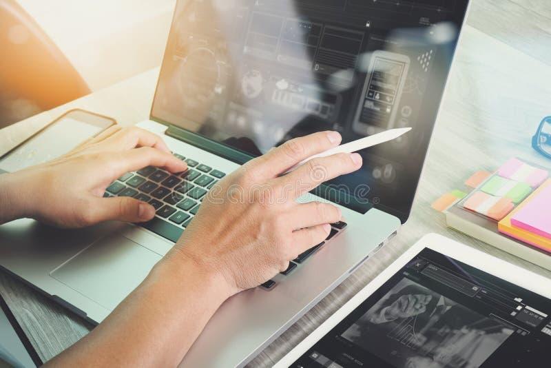 工作数字式片剂和计算机膝上型计算机的网站设计师和 免版税库存照片