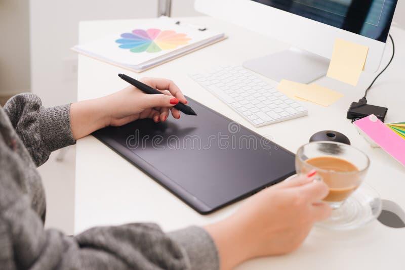 工作数字式片剂和计算机膝上型计算机的网站设计师在d 库存图片