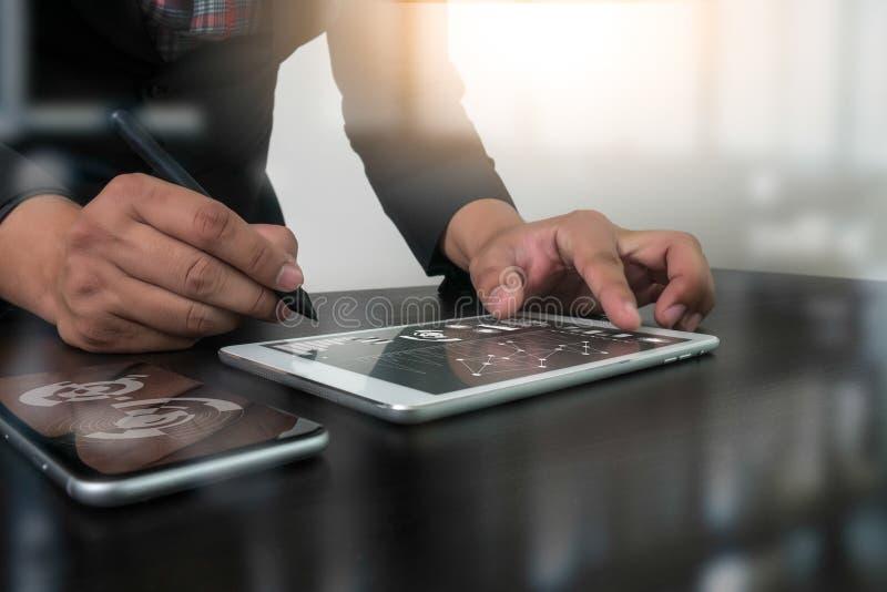 工作数字式片剂和计算机膝上型计算机的网站设计师 库存图片