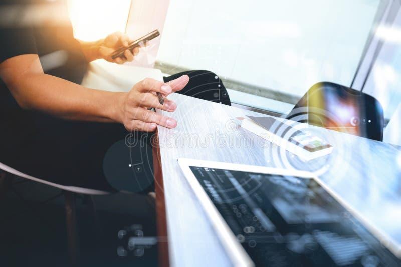工作数字式片剂和计算机膝上型计算机的网站设计师 免版税图库摄影