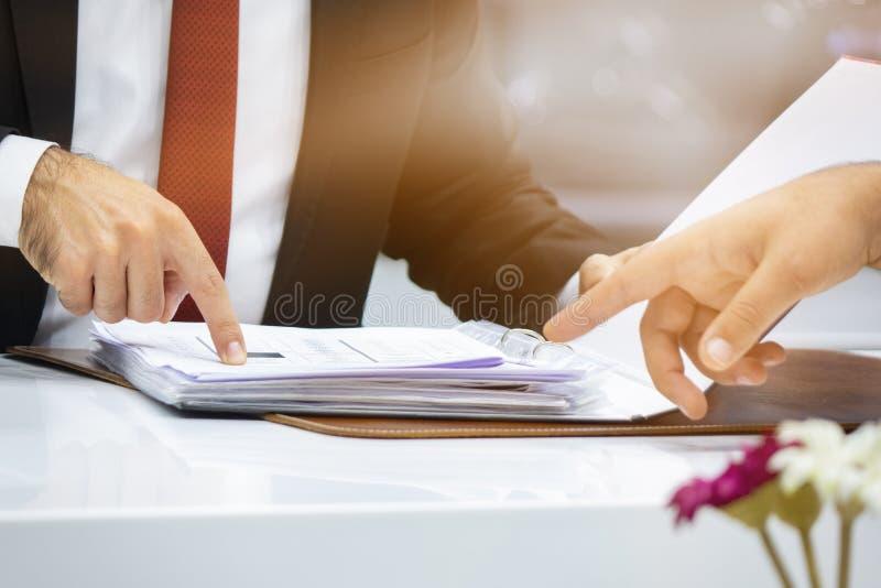 工作日在办公室 生意人二工作 免版税库存图片