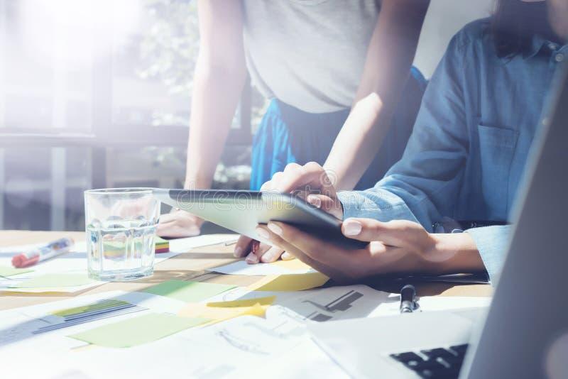 工作日现代演播室顶楼 女孩感人的显示数字式片剂手 研究过程的项目生产商 乘员组工作 免版税库存图片