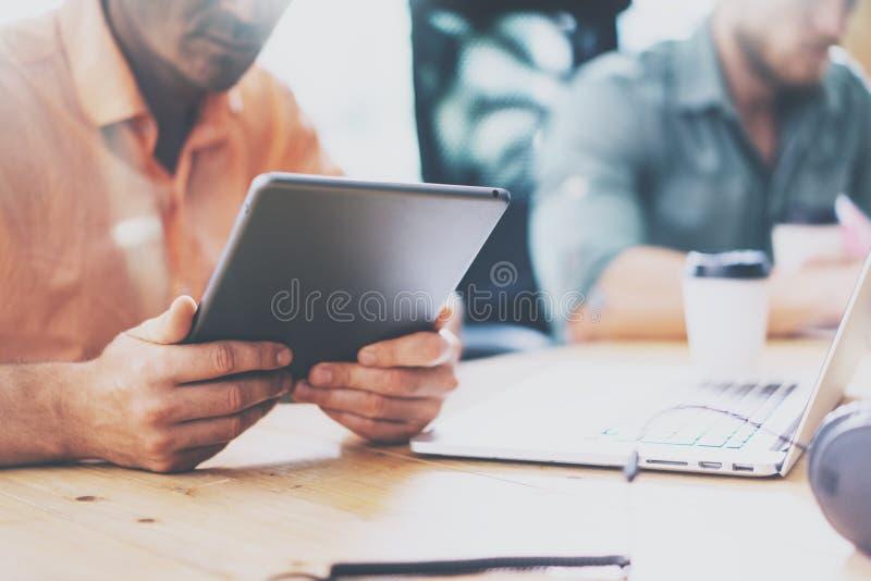 工作木表膝上型计算机现代室内设计顶楼的销售的商业经理 工友工作办公室演播室 两个行家 库存照片