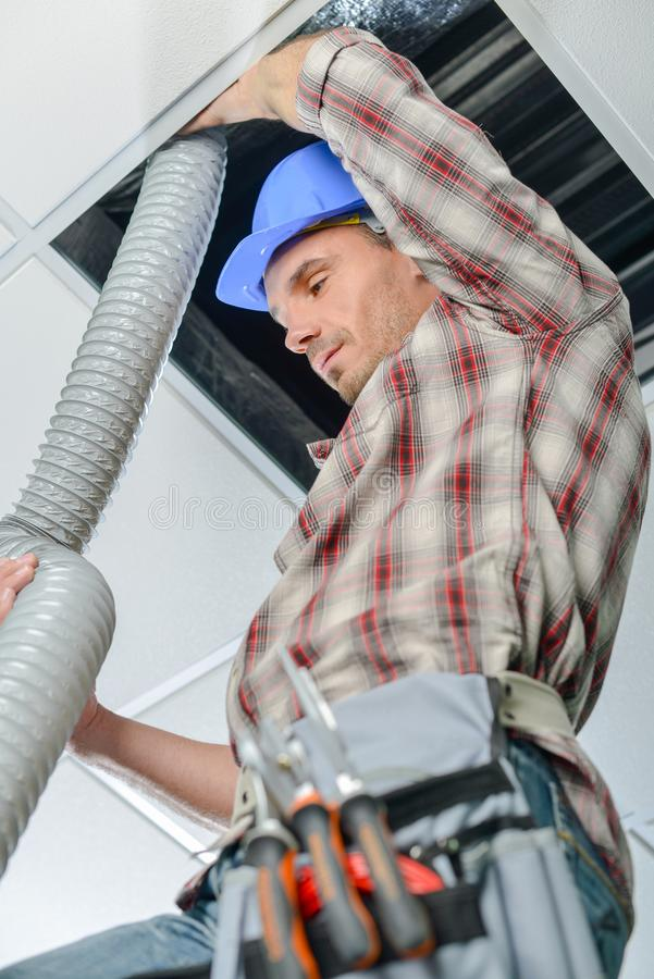 工作梯子的电工 库存照片