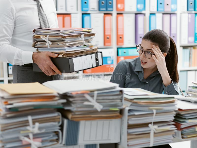 工作淹没的年轻秘书 库存图片