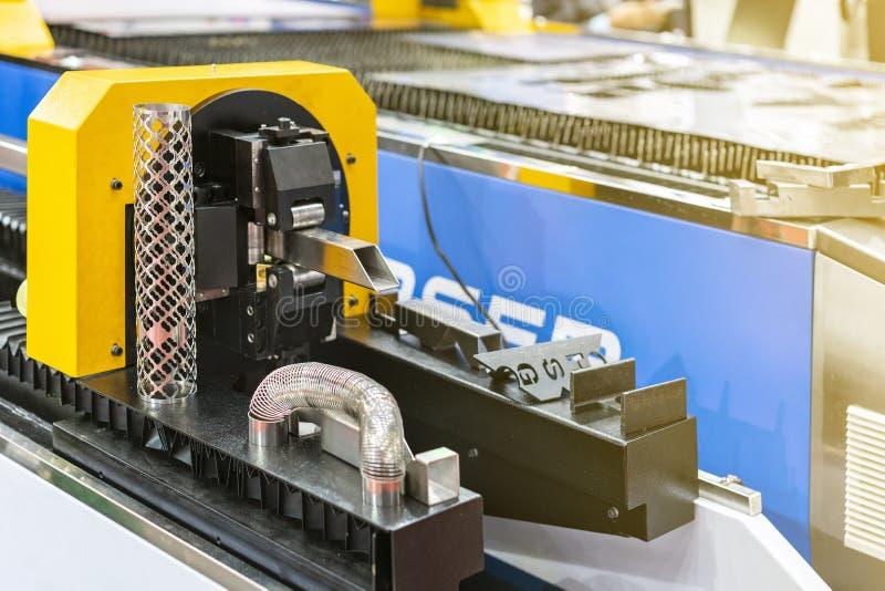 工作片断金属正方形管子的由多用途自动牛颈肉的关闭在钳位期间和饲料转动自动高的精度的集合 免版税库存照片