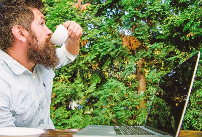 工作狂陈腔滥调 饮料快速地咖啡工作 有胡子的人自由职业者的工作者 遥远的工作 自由职业者的专家 免版税库存图片