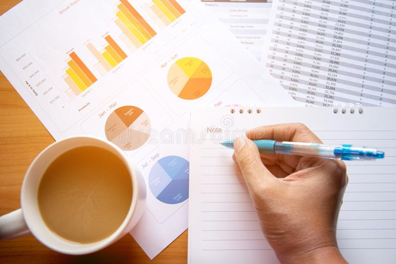 工作现代演播室的销售主任 显示手市场报图的妇女 计划新的战略的营销部门 免版税库存照片