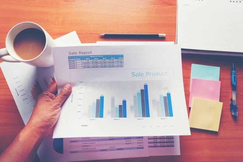 工作现代演播室的销售主任 显示手市场报图的妇女 计划新的战略的营销部门 库存图片