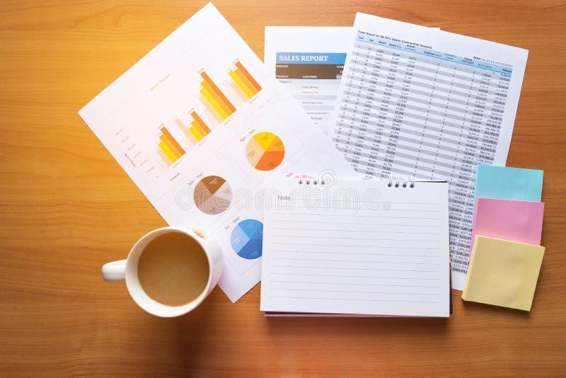 工作现代演播室的销售主任 显示手市场报图的妇女 计划新的战略的营销部门 免版税图库摄影