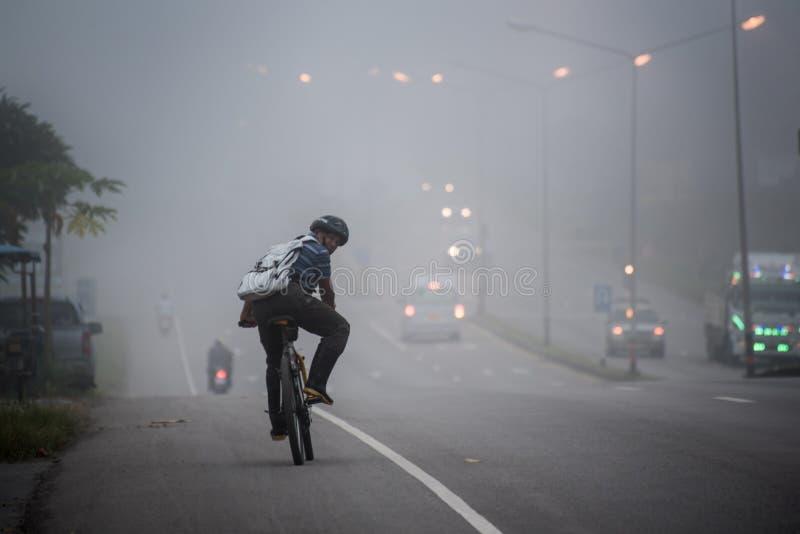 工作的人乘驾在阴霾 免版税库存图片