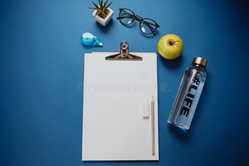 工作的创造性的空间:纸片,铅笔,电话,玻璃 免版税库存图片
