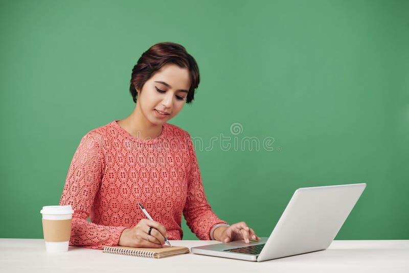 工作的印地安妇女 免版税图库摄影